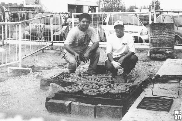 Dario y Pele acargo de la choripaneada. Foto: Manu Urbano